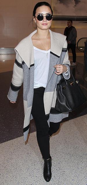 Copy Demi Lovato 39 S Colourblocked Cardigan And Black Leather Handbag For Winter Fashion