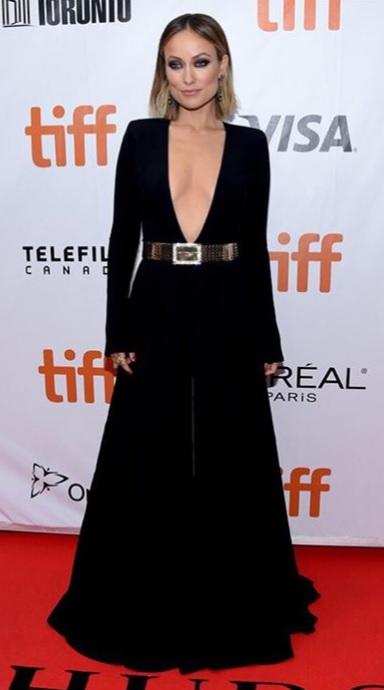 Olivia Wilde en une robe de soirée noire col décolleté plongeant à manche longue